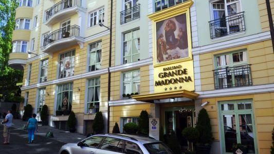 Vchod do hotelu KARLSBAD GRANDE MADONNA